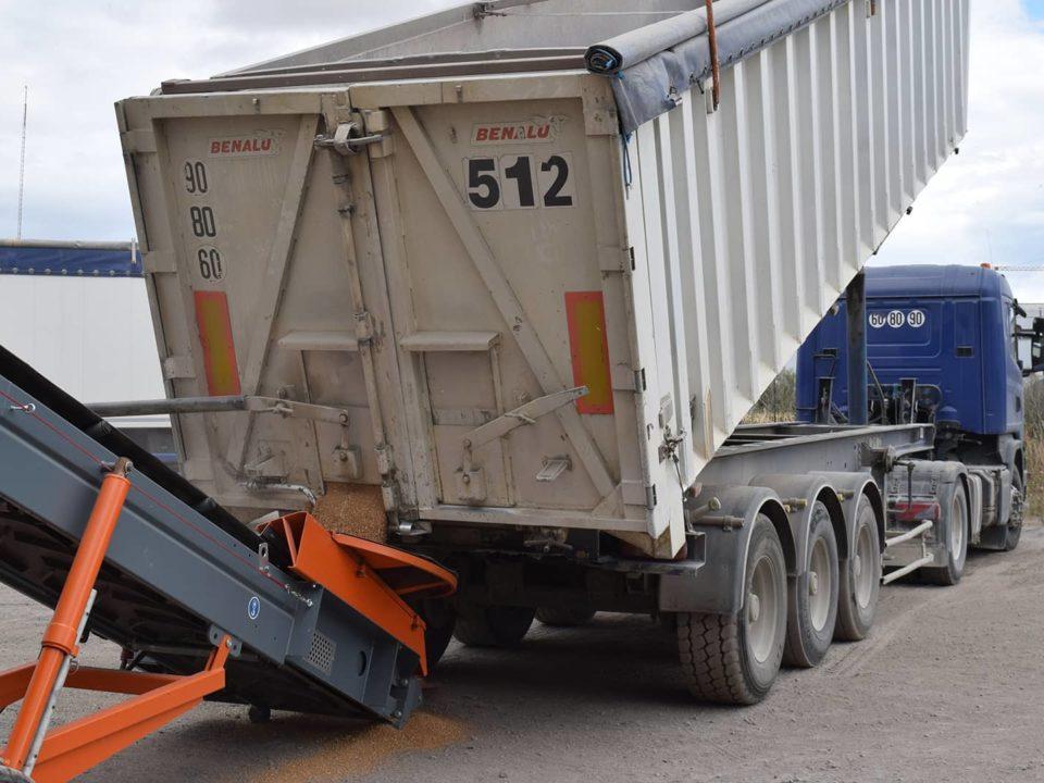 déchargement-camion-benne-trémie-ronde-sauterelle