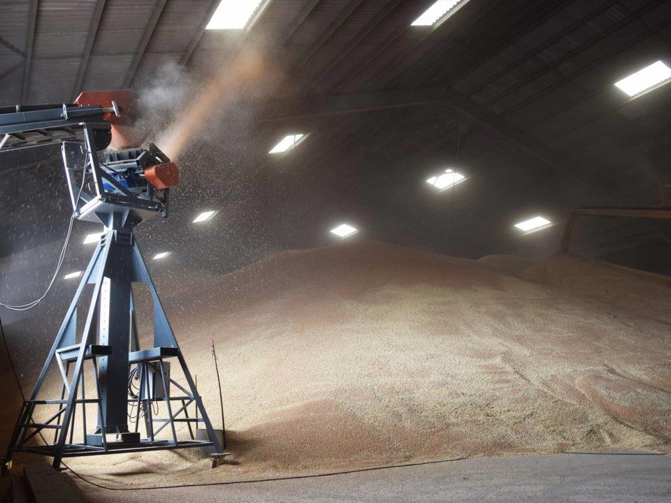 Sauterelle agricole équipée d'un lanceur à grains