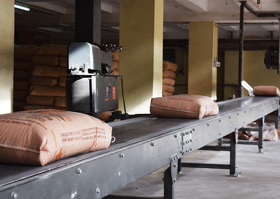 Ligne de convoyage fixe pour le convoyage des sacs