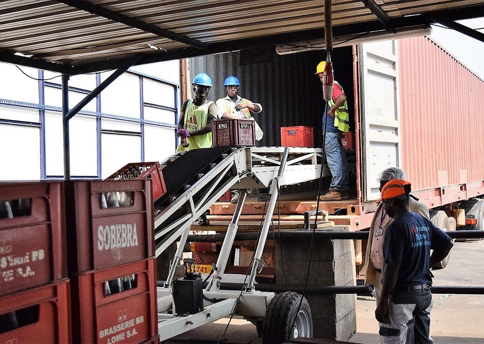Chargement des camions avec une sauterelle de chargement